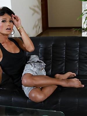Exotic tgirl Sonya stripping